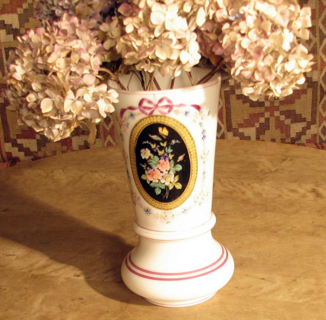 Form: Sirkelf. bunn På forsiden blomsterbukett i forg. ramme, blomster guirlander rundt.