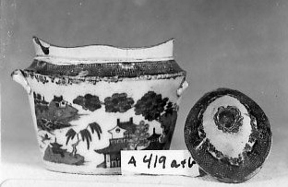 Krukke A: Oval bunn, 1 hank; mønster av trær og kinesiske hus, bord øverst.Lokk B: ovalt, hvelvet, bord øverst.