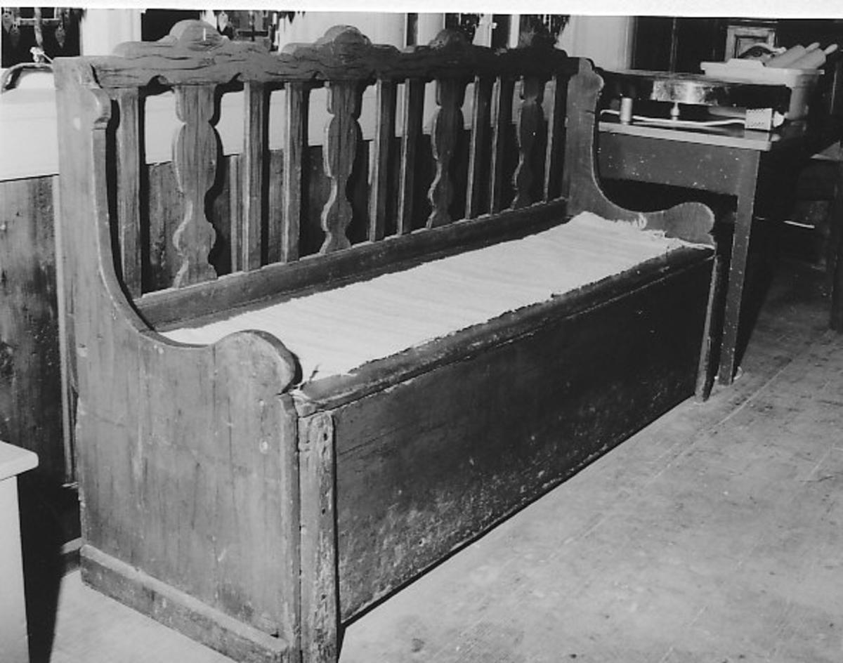 Nederdel kasseformet; sete til å løfte opp