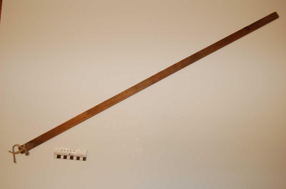 Bendelbånd bundet med halv sløyfe 2cm fra den ene enden.