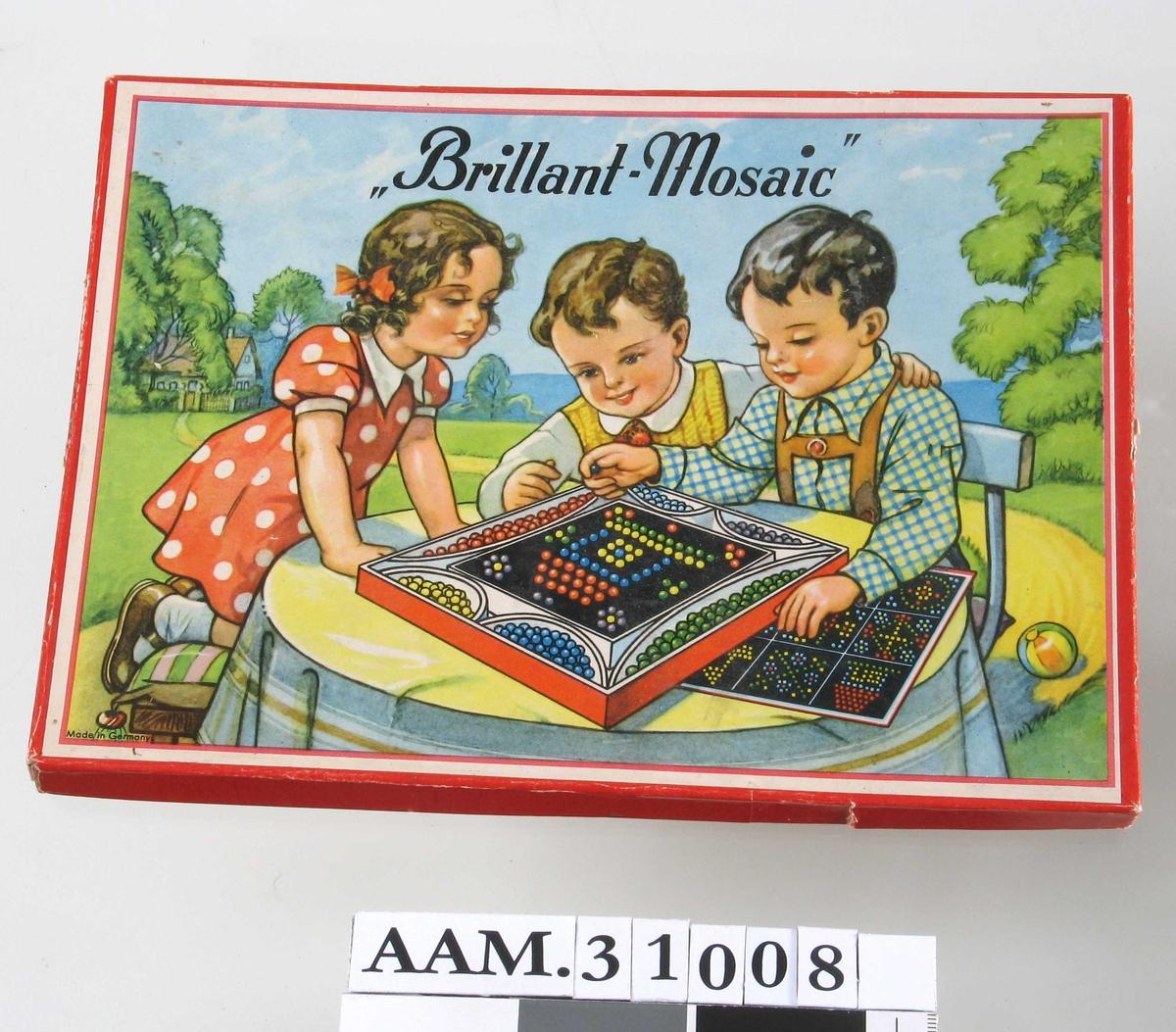 Motiv på esken: 2 gutter og 1 jente ved bord i en hage, leker med liknende spill.
