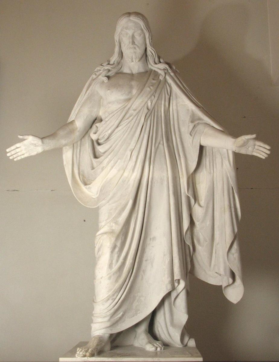 Kristusfigur i gips. Foroverbøyd hode en face,   lange lokker nedover skuldrene.   Draperi  fra h. skulder til under v. arm, kappe fra skuldrene.
