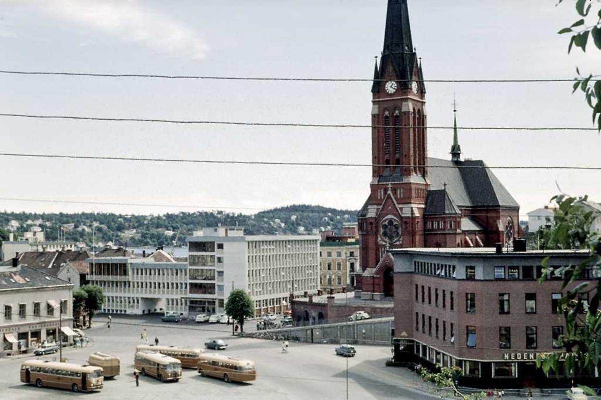 Arendal senturm. Utsikt fra Strømsbuveien, Rutebilstasjonen m ADS-busser. Posthuset, Nedenesbanken, Trefoldighetskirken.