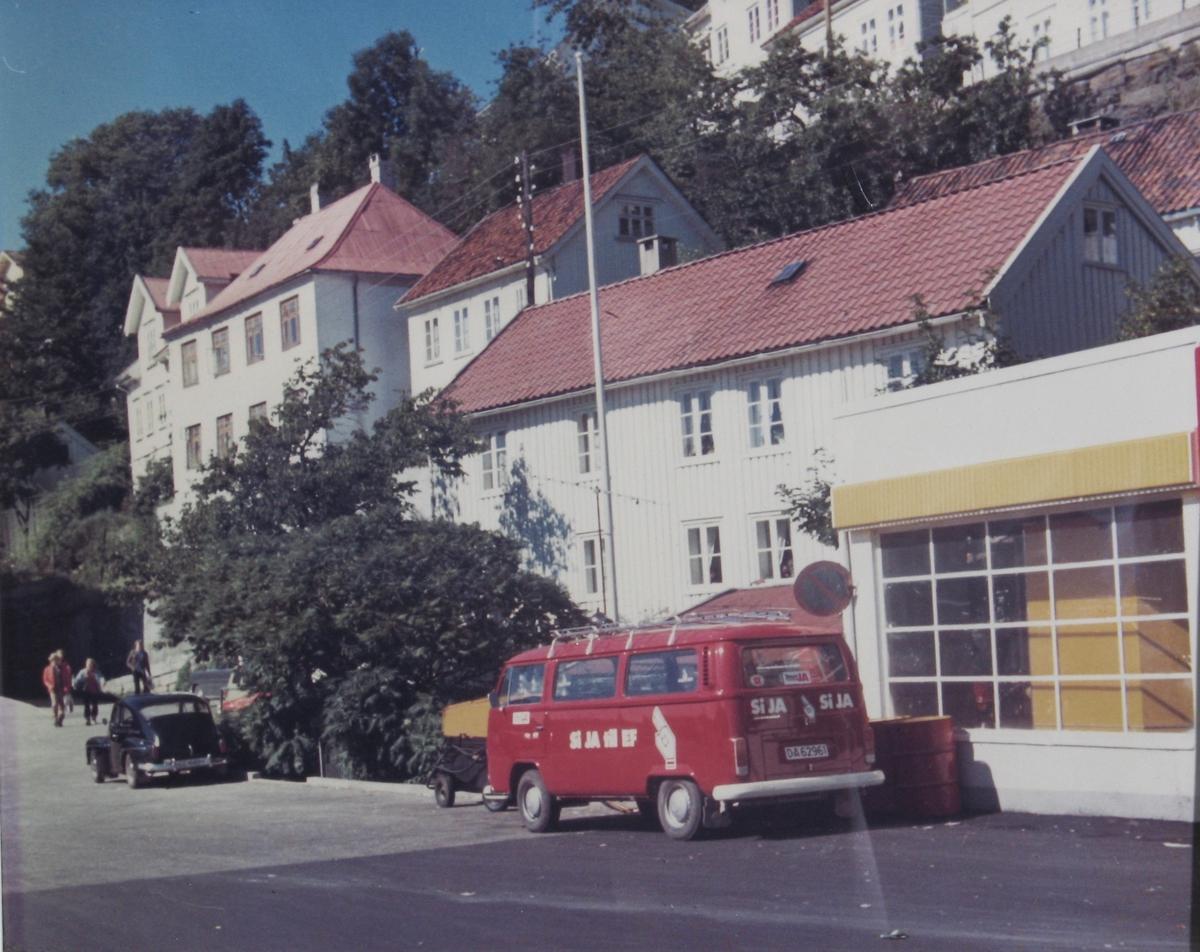 Det hvite hus på Sanden og flere andre bygninger. Folkevognsbuss med Si ja til EF-merker