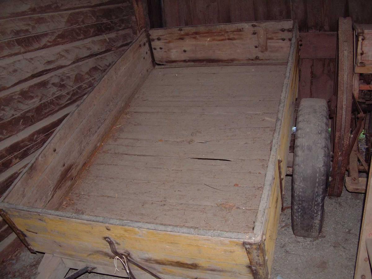 To gummihjul på jernfelger. Kjerrebom med rette vegger; baklemmen kan tas av. Tippkonstruksjonen som betjenes med en spak foran på bommen.