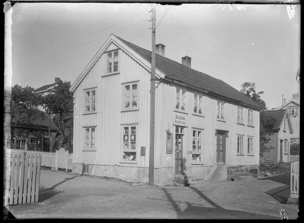 Eiendommen til Bjarne Vatne i krysset Levermyrveien/Kirkegaten. Det var tidligere butikk i bygningen