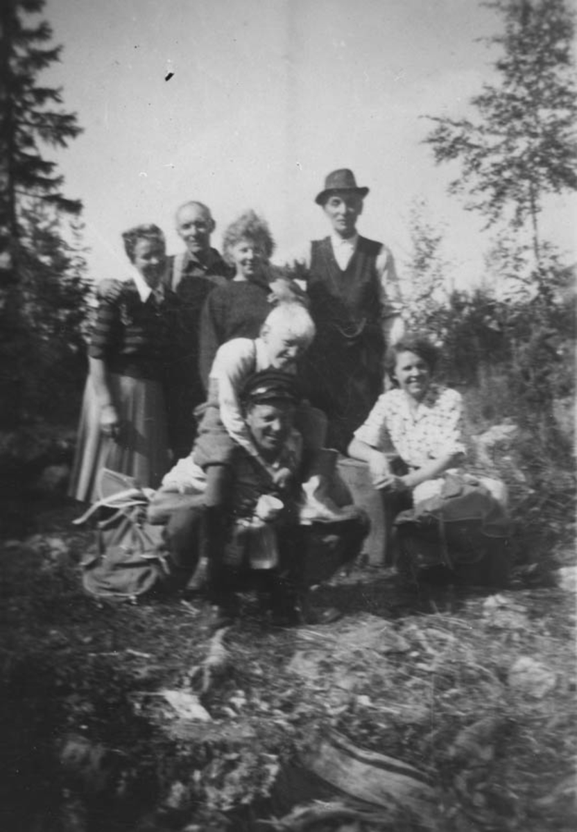 """7 personer i skogsmiljø. """"Fabrikken"""" på tyttebærtur til Rømskog."""