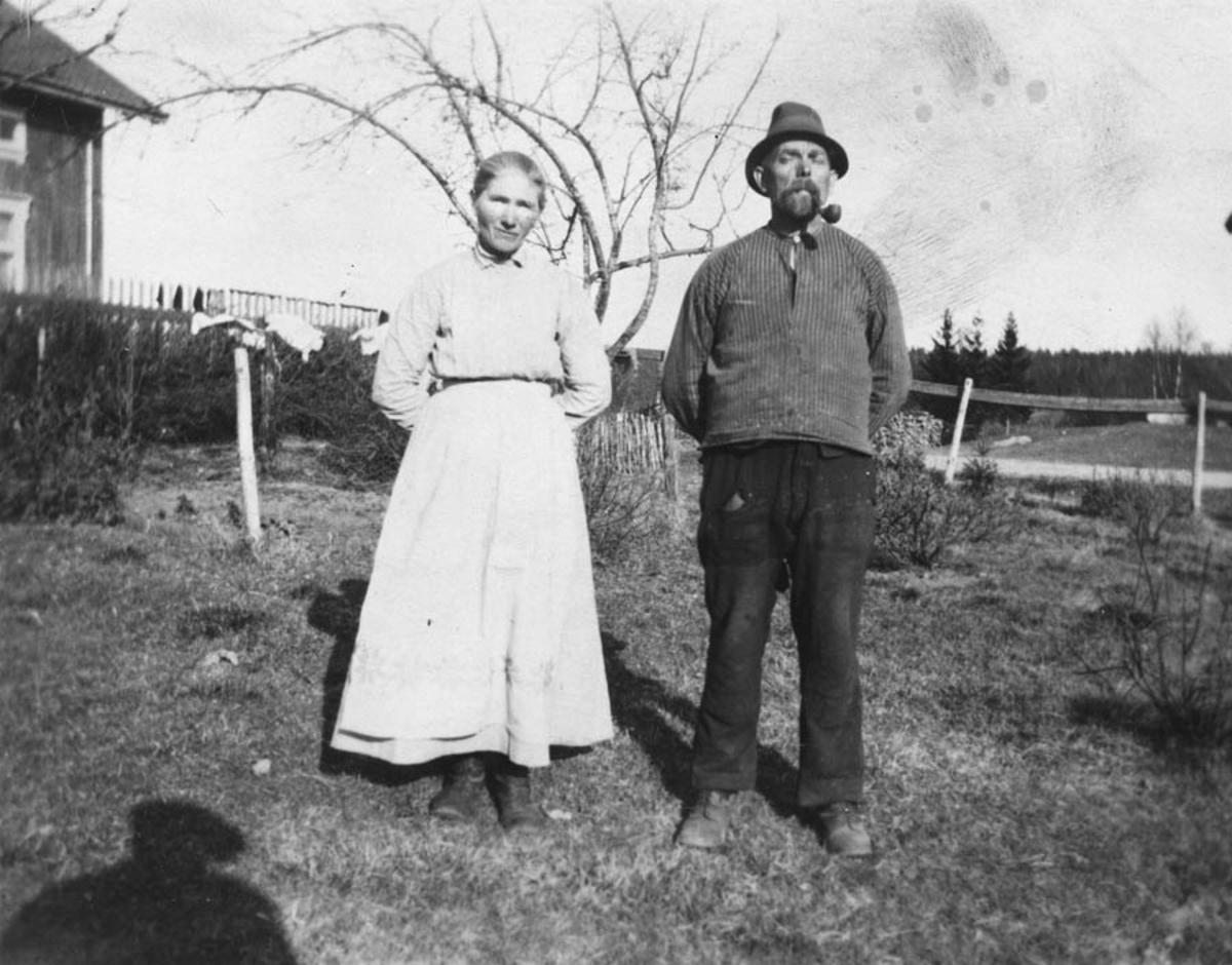 Mann og kvinne i hagen.
