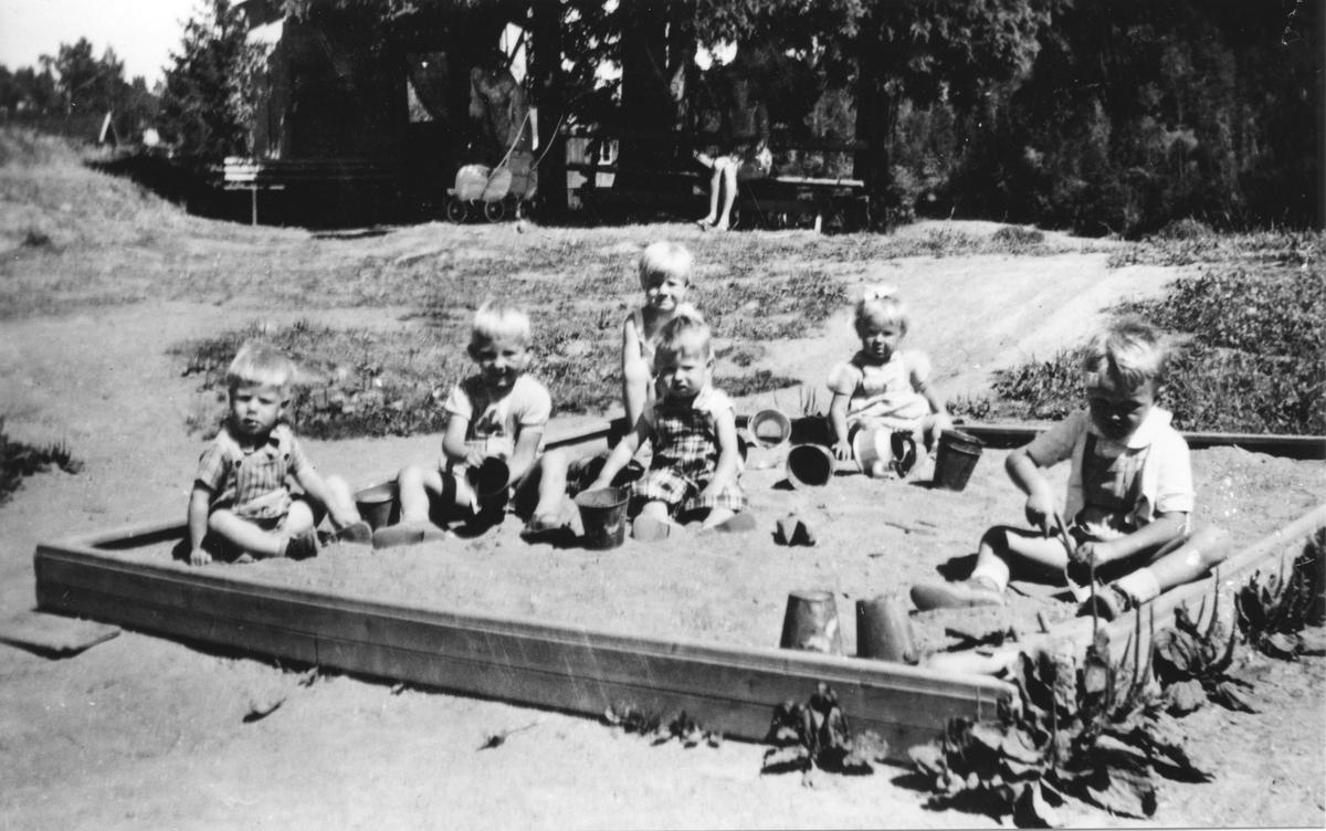Barn i sandkassen i Kollen barnepark.