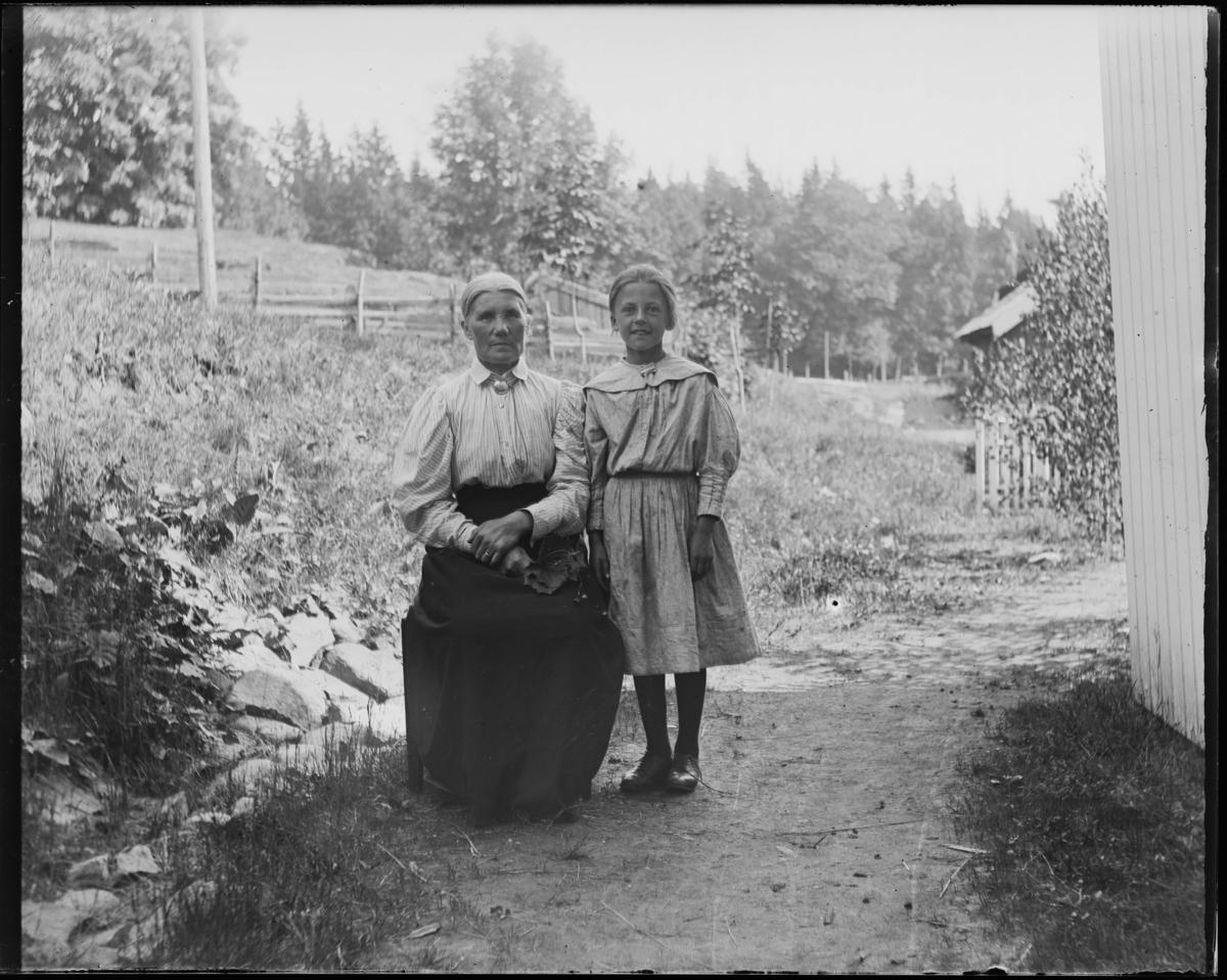 Tveter gård. Til høyre: Henriette Conradine von der Recke Holtsmark (f. 19.01.1891)