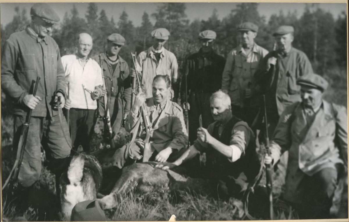 Gruppebilde av menn på elgjakt i Fet. 1950 – 1955