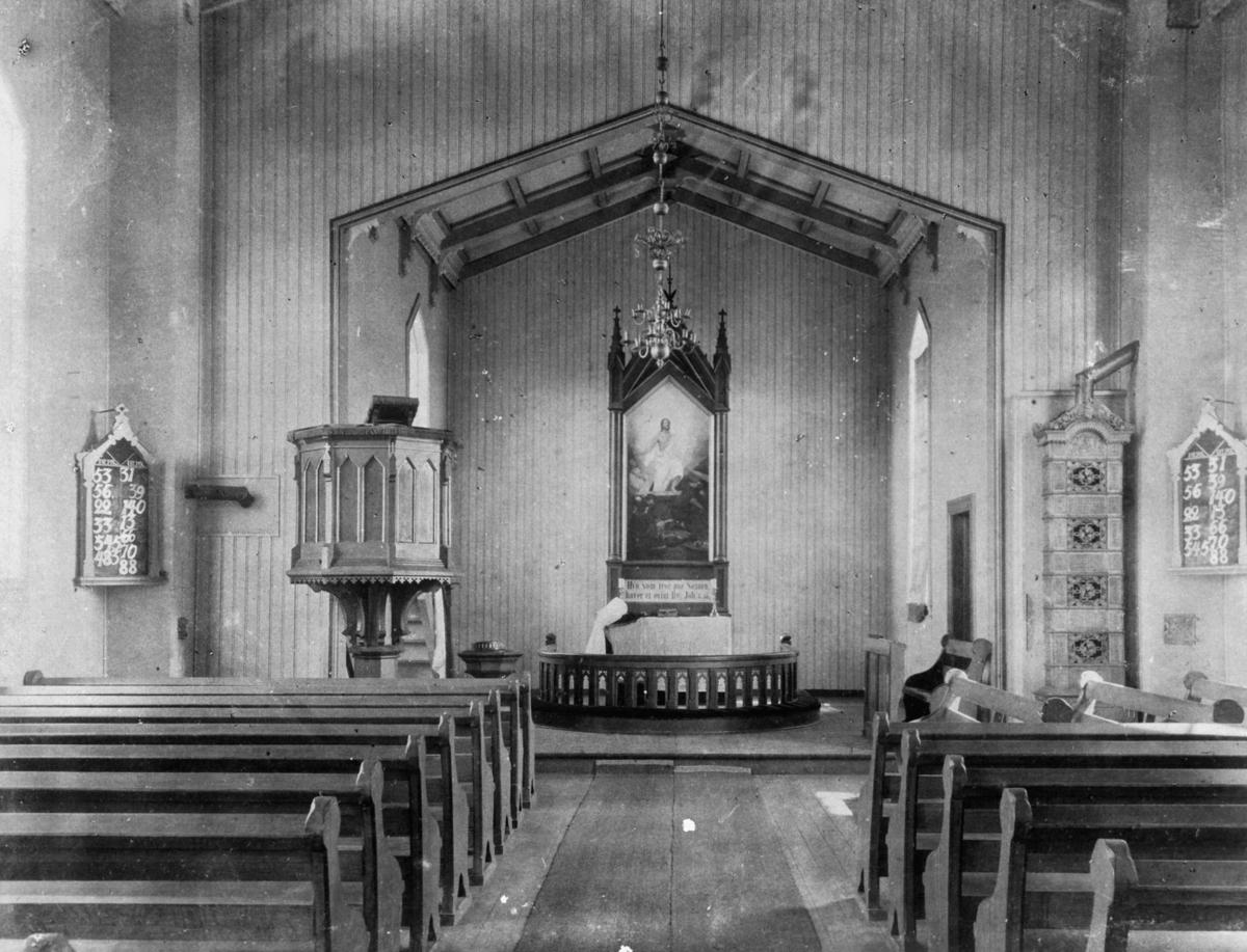 Interiør av Rælingen kirke benkeradene framme i kirkerommet