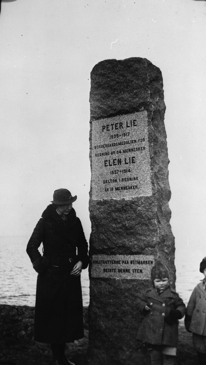 Bauta over Peter og Elen Lie.