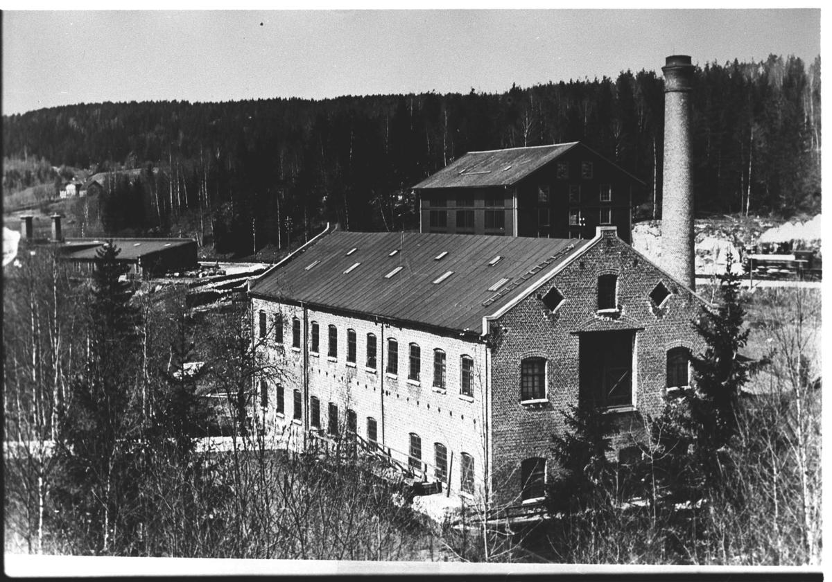 Fjeldhammer Brug. Den flate bygningen bak til venstre er takpappfabrikken fra 1913. Gården Haneborglia skimtes i bakgrunnen.