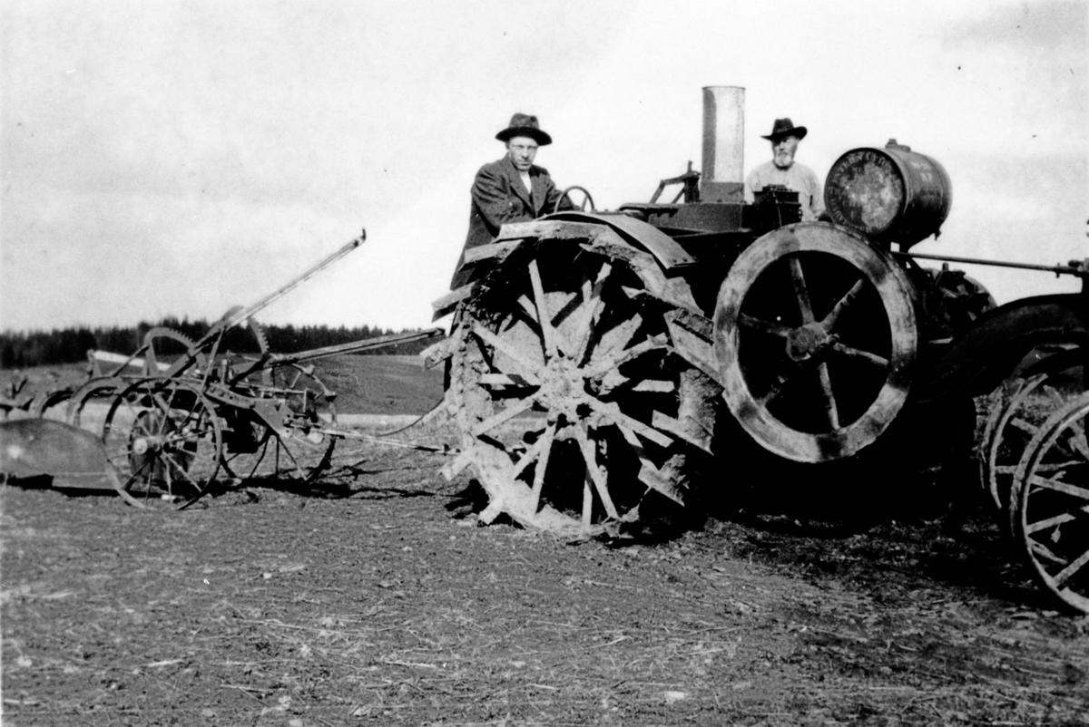 Traktor med plog.
