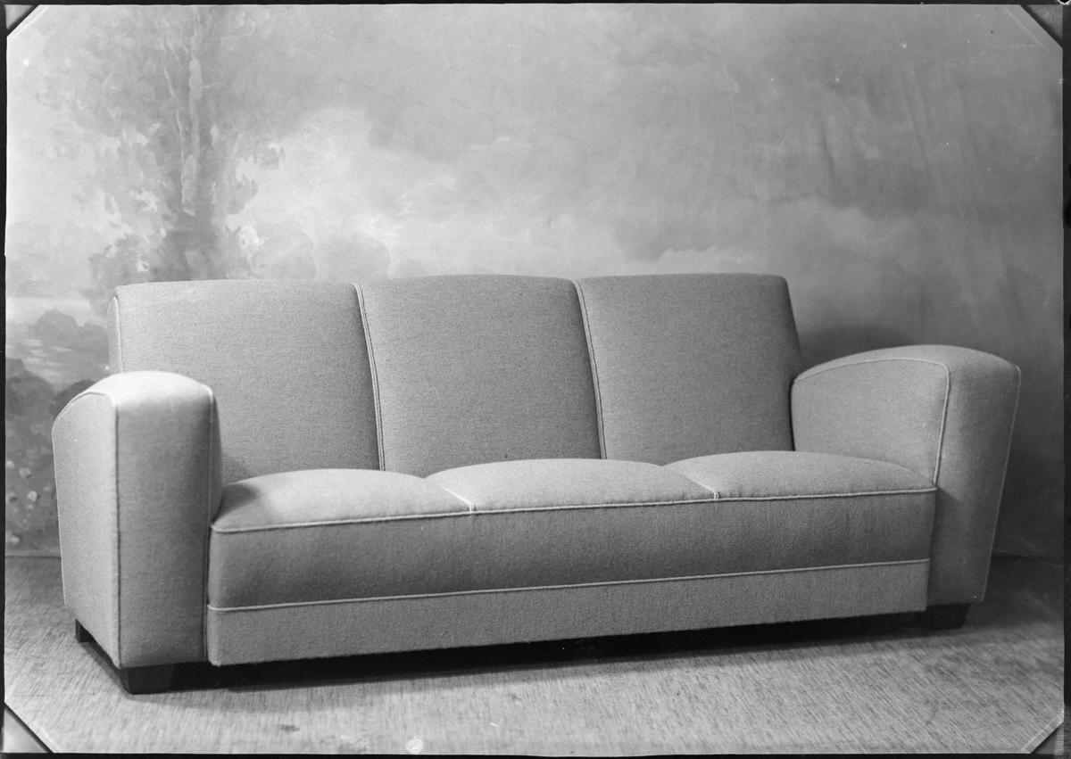 Studio opptak av en sofa.