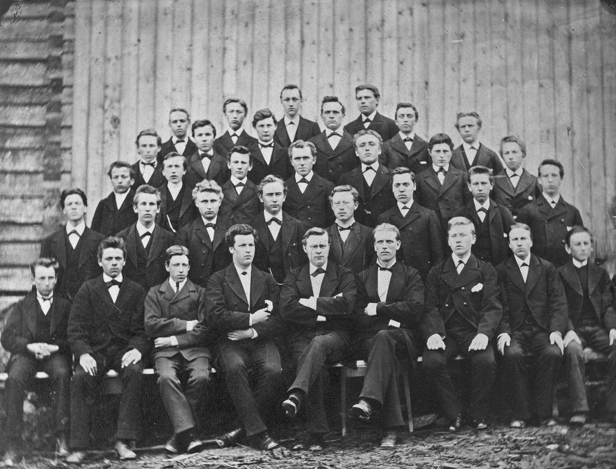 """Skrevet på bildet: """"Amtsskolen på Brodshaug"""", (Feiring), """"1881-82. Ole Byrud og Vengerkarer var med kl. under""""."""