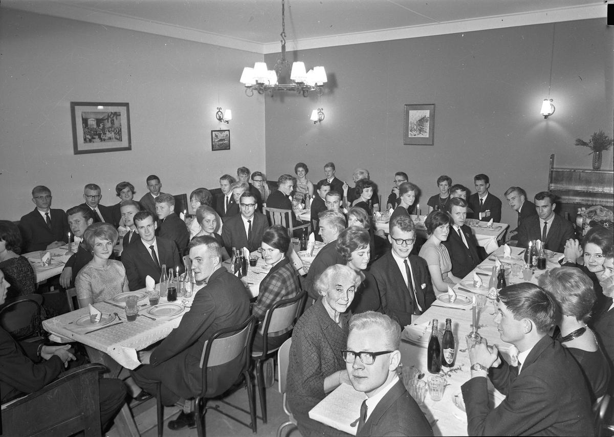 Studentfest. Margit Svare til venstre ved det nærmeste bordet.