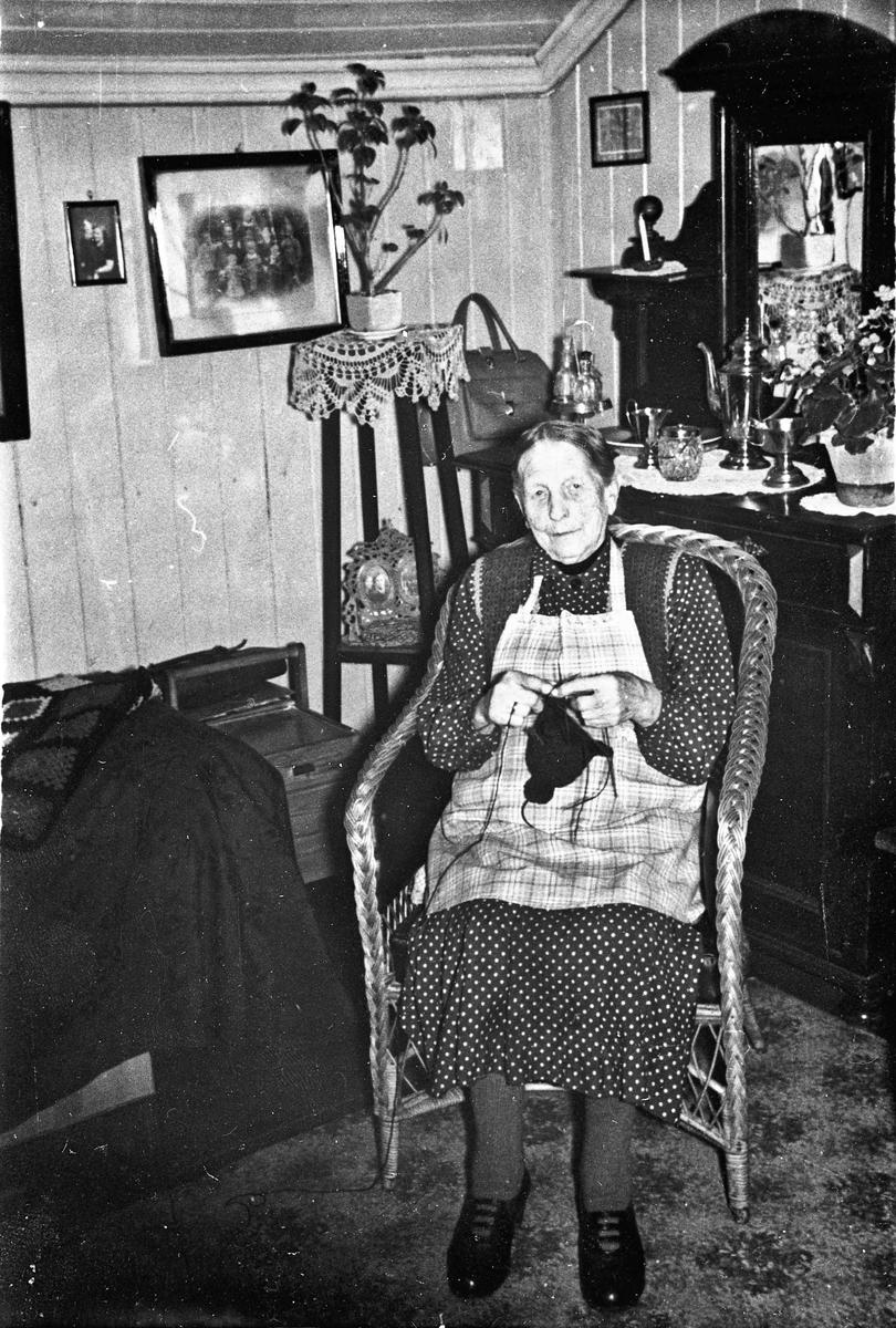 Eldre kvinne i kurvstol.