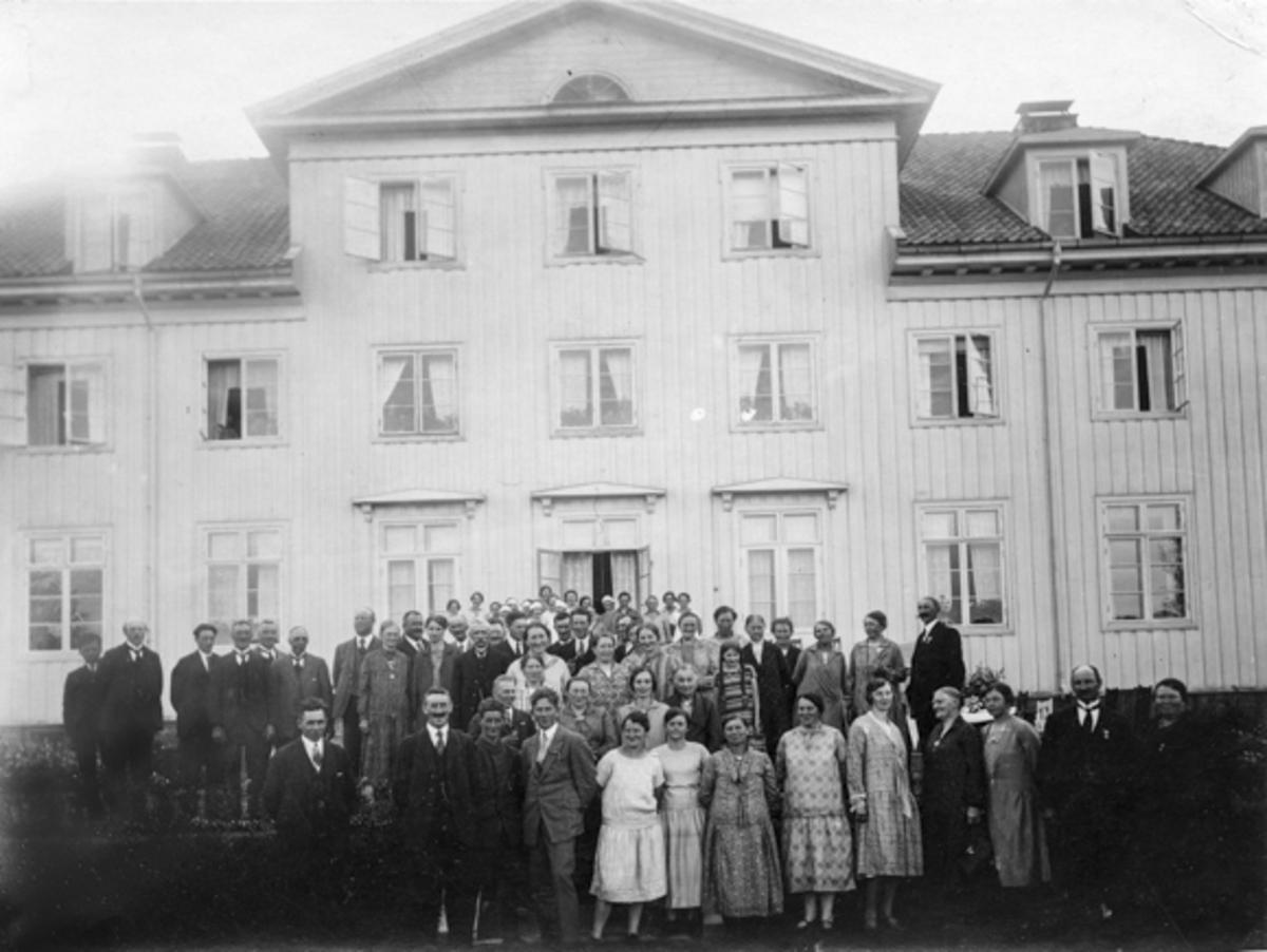 Akershus Fylkes Husmorskole. Bestyrer Helene Hval midt i bildet.