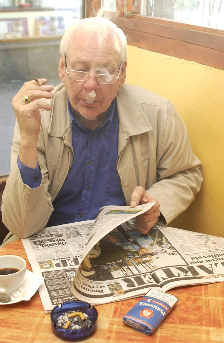 Kafegjest med kaffe, avis og røyk Franske Café Ski gågate