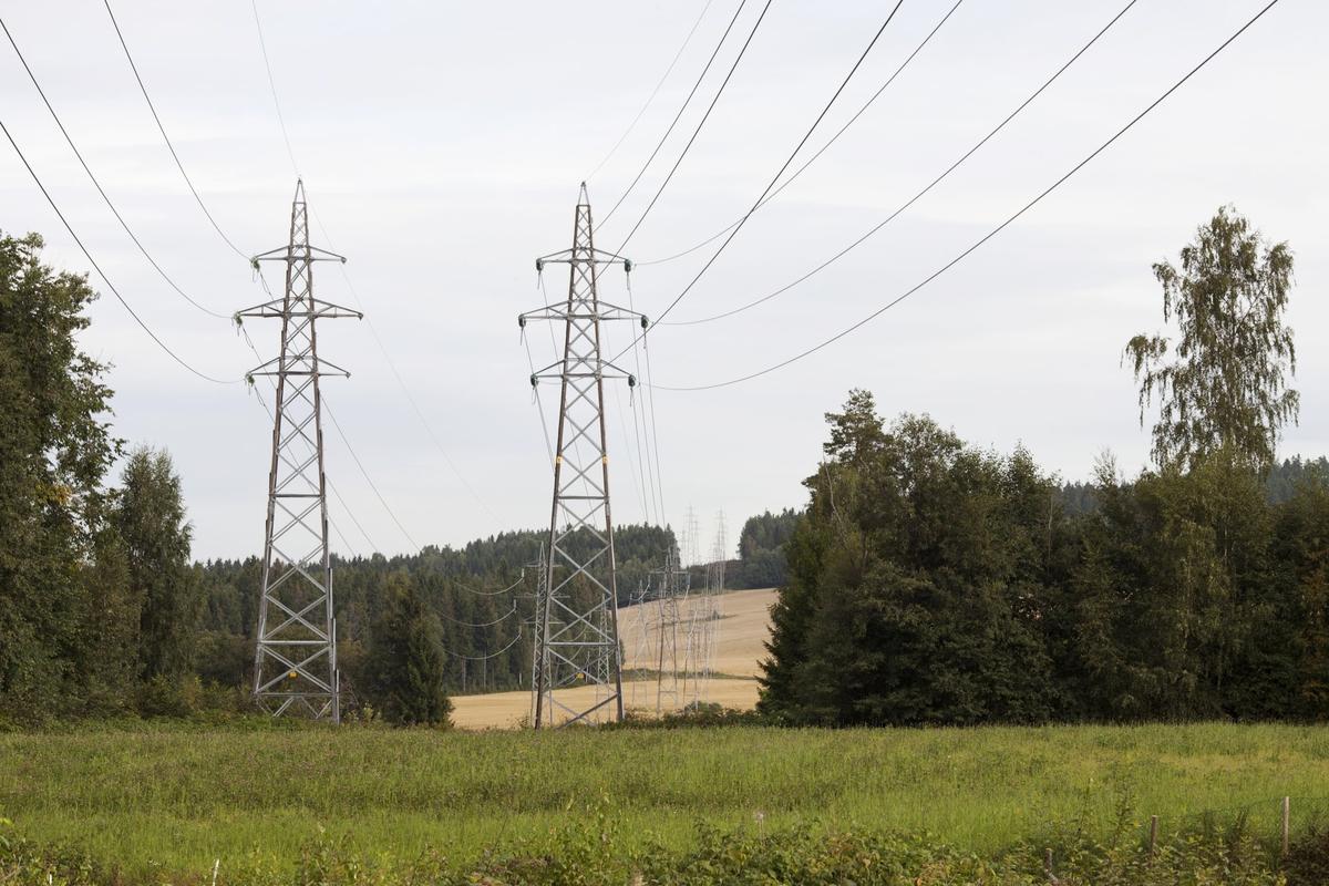 Høyspentmaster i Akershus. Høyspentmaster mellom Yssi og Moen, nord for riksvei 171, Sørum kommune. Fotografiet er tatt mot nord.