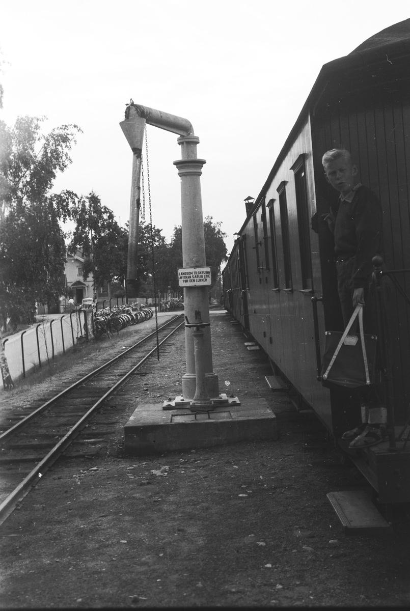 Tog 2051 står klar til avgang fra Sørumsand.