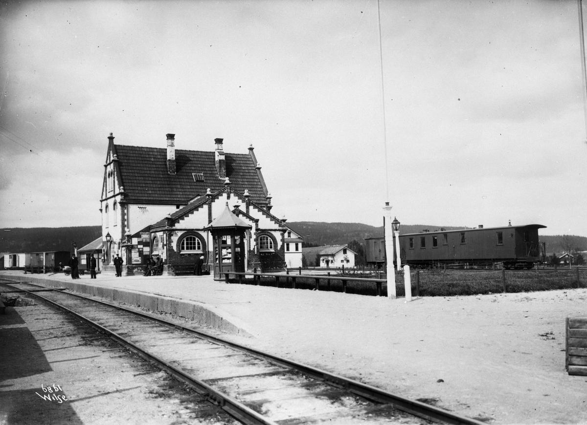 Sørumsand stasjon, Kongsvingerbanen i forgrunnen, Urskog-Hølandsbanen i bakgrunnen. UHBs vogn CFo5 eller CFo6,