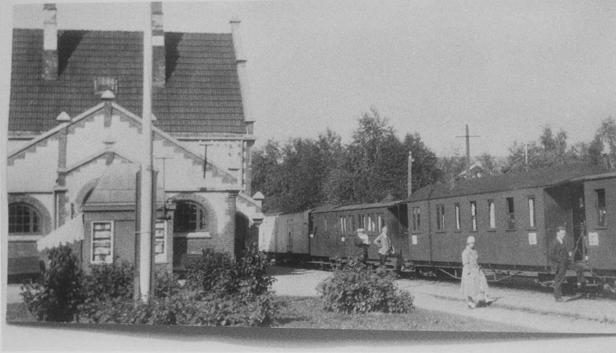 Toget avventer avgang fra Sørumsand stasjon.