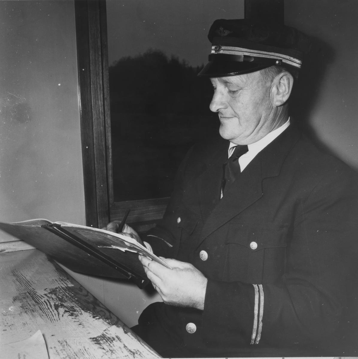 Overkonduktør Rolf Ødegård i tjenestekupeen i konduktørvognen.
