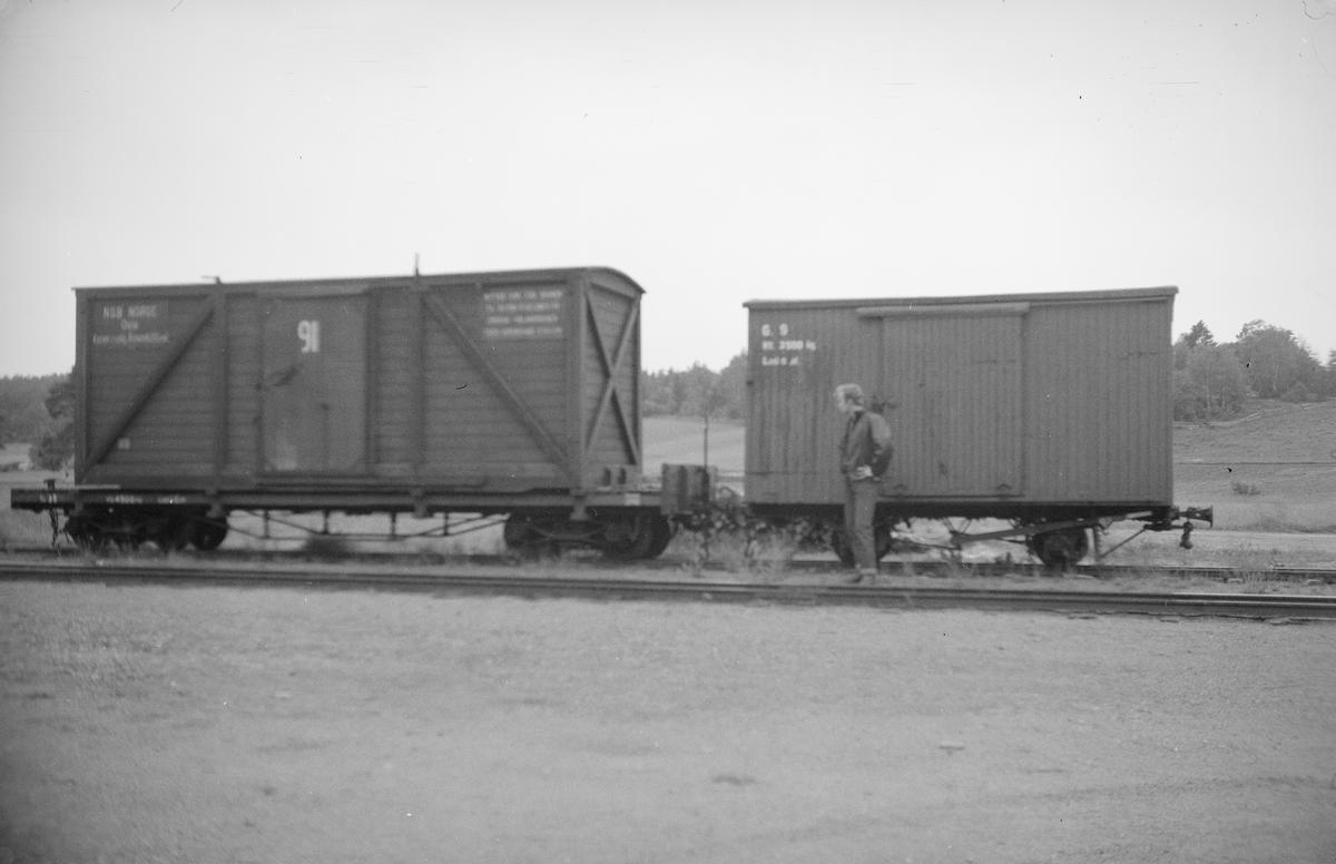 Staffan Mörling studerer to av Urskog-Hølandsbanens godsvogner.