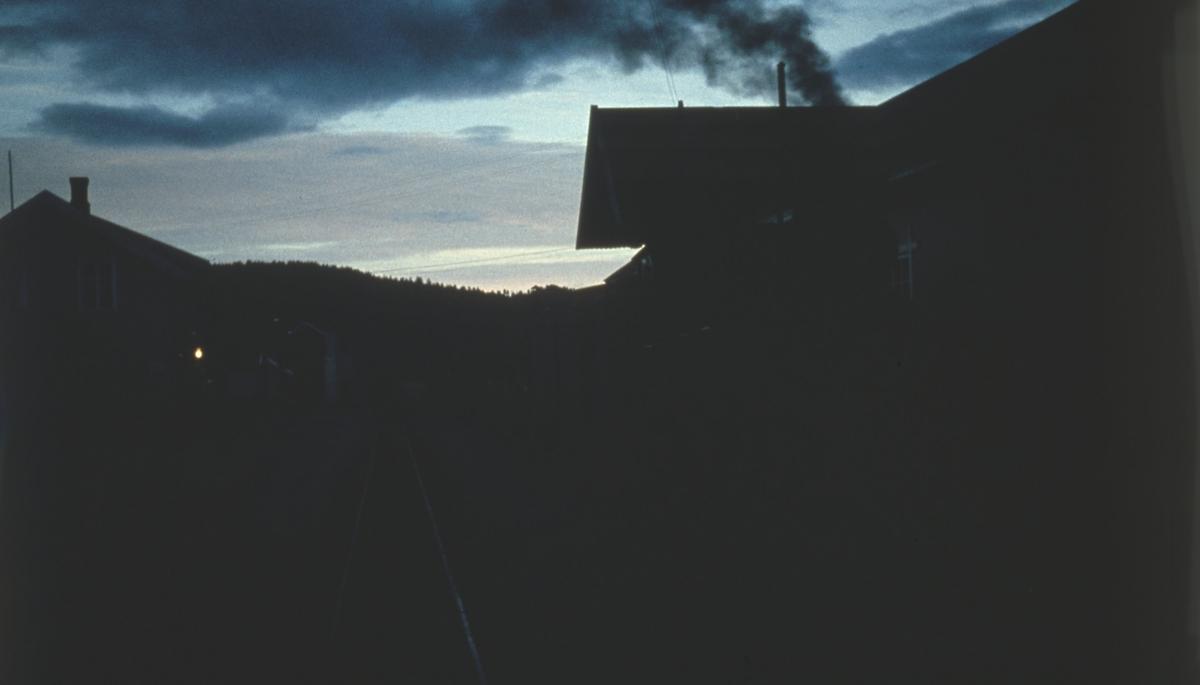 Tidlig morgen på Bjørkelangen stasjon. Damplokomotivet har skiftet sammen tog 2066 i spor 2.