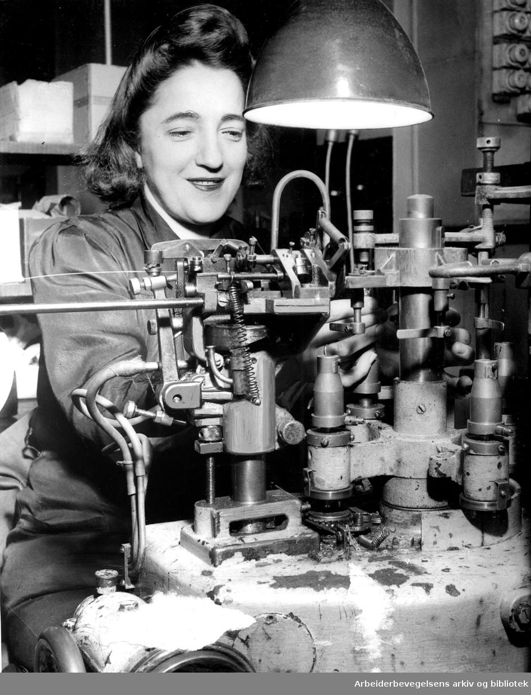 Lyspæreproduksjon ved Luma Norsk Glødelampefabrikk, .1946