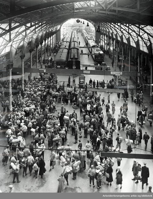 Påskeutfarten på Oslo Østbanestasjon,.april 1955