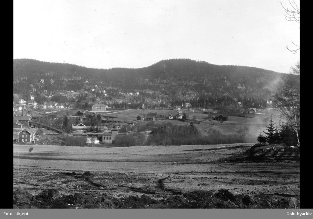 Brekke bru over Akerselva, Brekke Brug med Brekkesaga og kjerraten til venstre, verkstedsbygninger, Kjelsås skole, Kjelsås gård til venstre.