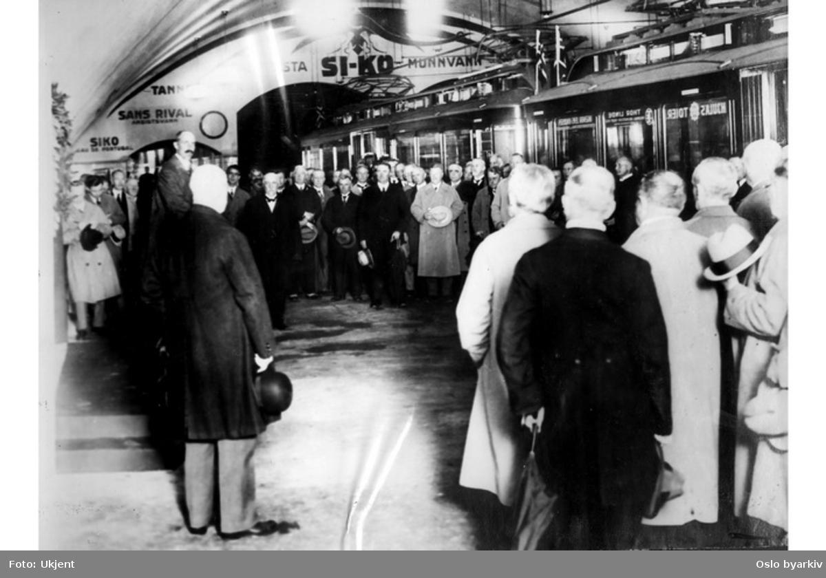 Kong Haakon VII åpner Nationalteateret stasjon og undergunnsbanen til Majorstuen 28. juni 1927.