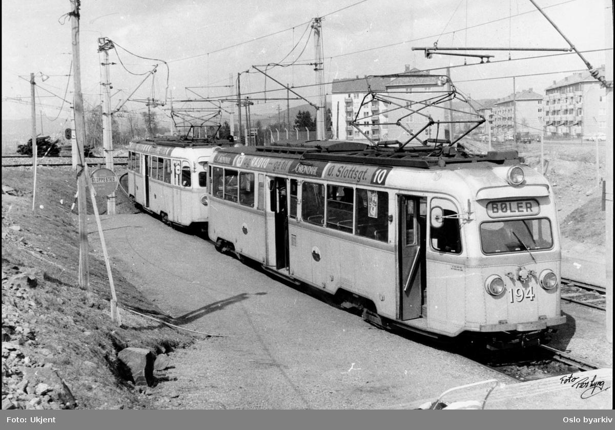 Lilleaker-Østensjøbanen (Jar-Bøler), forstadsbane. Bølertrikken, Gullfisk-tog ved Oppsal, boligblokker i Haakon Tveters vei i bakgrunnen. Bildet er tatt før omleggingen til T-banedrift 1967.
