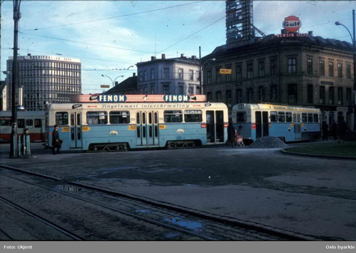 Oslo Sporveier. Trikk Høkatilhenger 559 type TBO og Høka motorvogn 252 type MBO, linje 3 fra Østbanen til Bøler (1967). Ekebergbanens tilhenger 1043 til venstre, reisende, barnevogn. Traktorhuset til venstre.