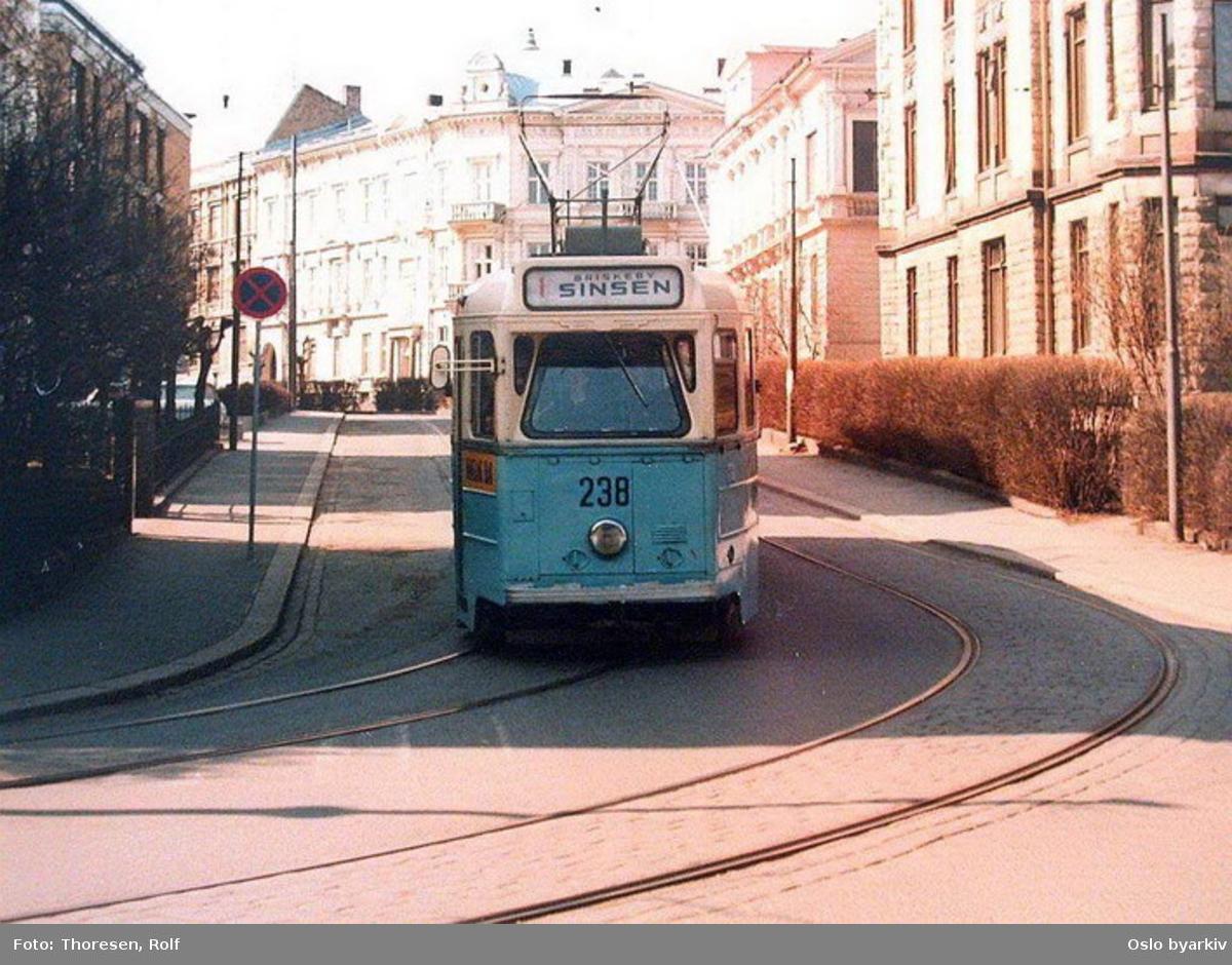 Oslo Sporveier. Briskebytrikken. Trikk motorvogn 238 type Høka MBO linje 1 i Riddervolds gate før svingen inn i Inkognitogata.
