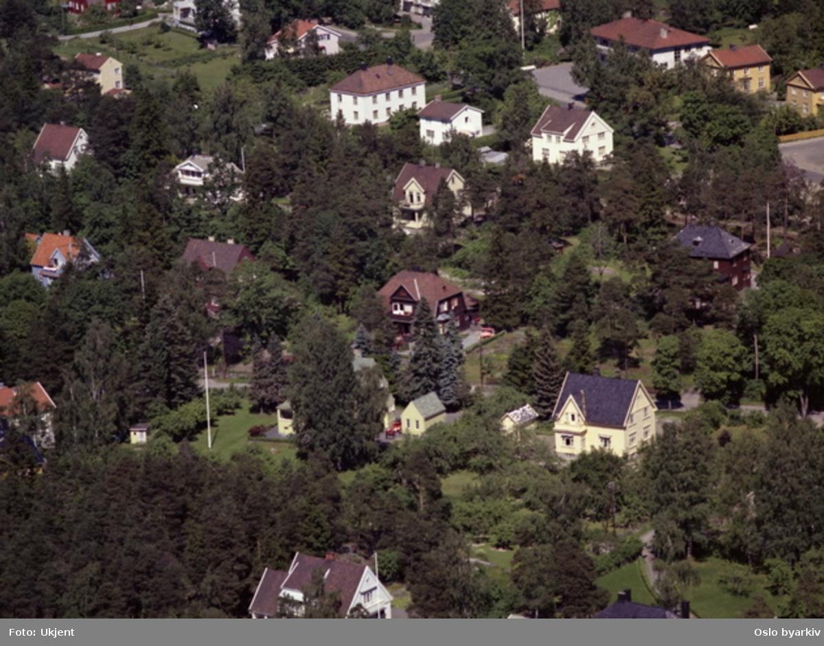 Kastellet brannstasjon i øvre høyre hjørne (hvitt murbygg med rødt tak). (Flyfoto)