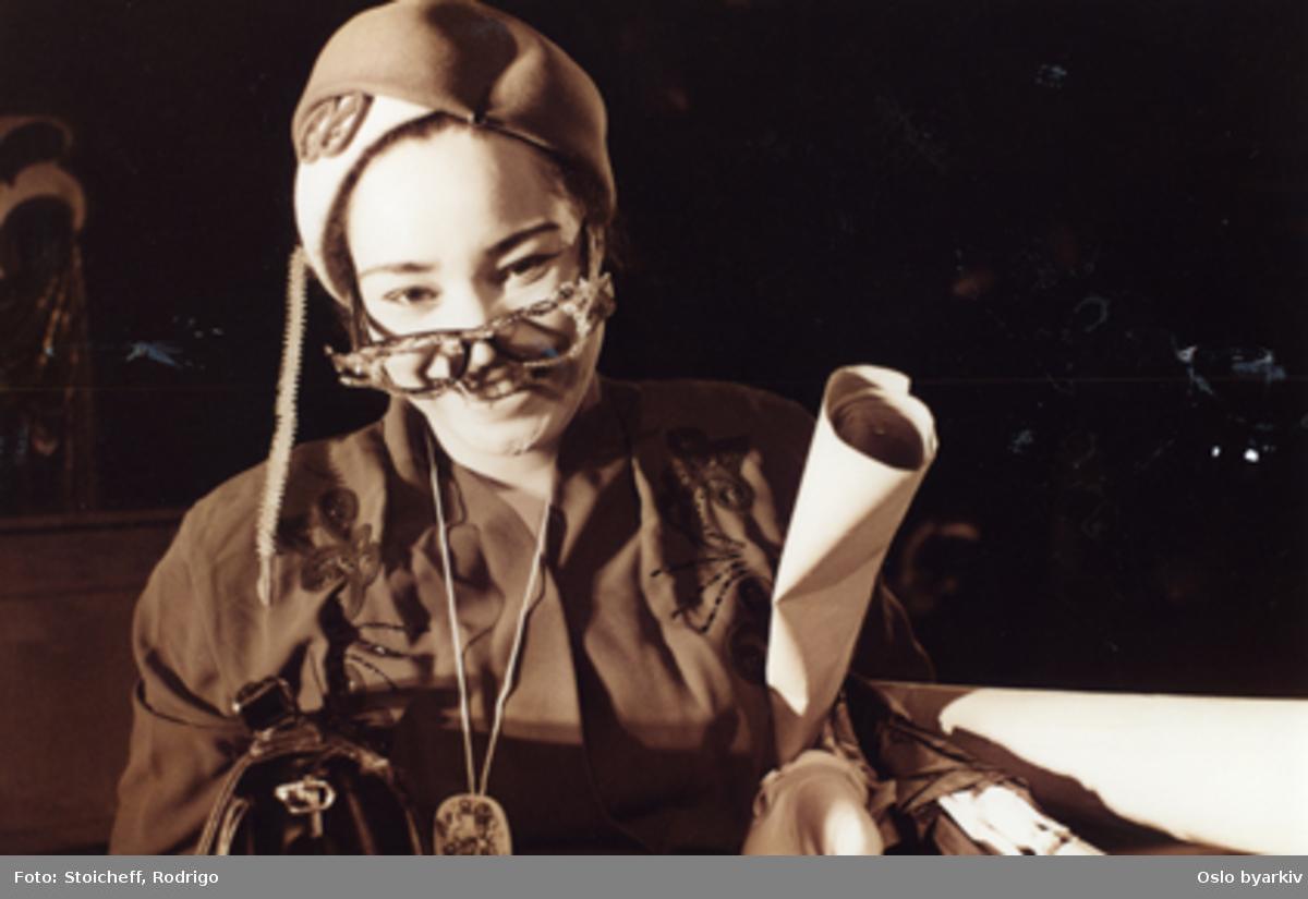 """Frøken Margarita, diktere en klasse"", teaterforestilling på Parkteatret. Av Roberto Athayde, fri versjon av Boris Stoicheff. 18-23. april 1997. Medvirkende:Isabell Sterling, Yonnas Wolde Jahren, Alieu Badara Mbakeh, Almareo Matugas, Sondi Kawa, Juliana Canova.Musikere:Henry Bwire, Tonny Kluften, Dennis Yanez.Kontakt Nordic Black Theatre ved ev. bestilling av kopier."