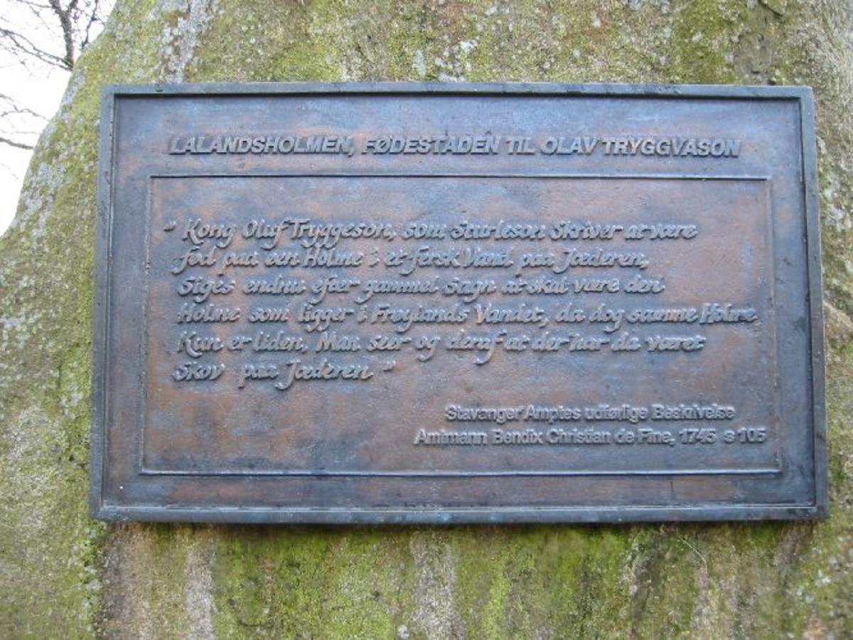 Bauta i naturstein påsatt en bronseplate med innskrift. H 1,8 m. B 0,8 m. D 0,3 m.