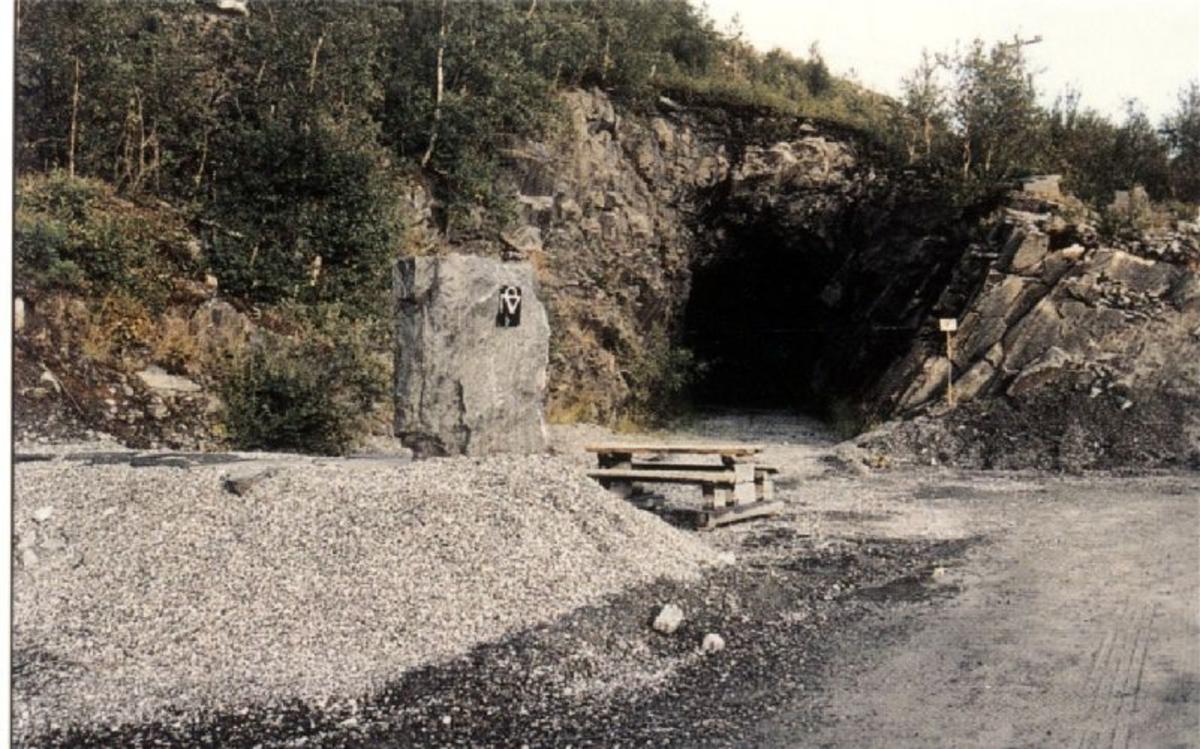 Kjøreanvisning: Tunnelen ligger inne i gruveområdet i Bjørnevatn som tidligere tilhørte selskapet A/S Sydvaranger. Gruveområdet er avstengt, guidede turer kan organiseres.