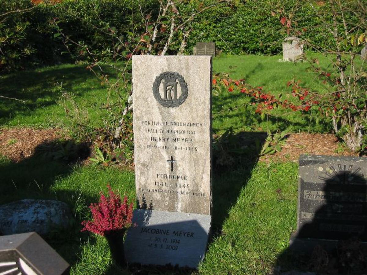 Kjøreanvisning: Inne på Fana kirkegård. Gravsteinen ligger i nord -vestre del av kirkegården.