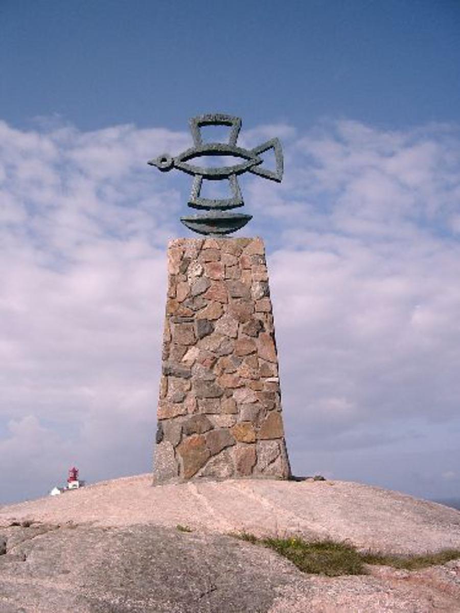 Bauta sammensatt av mange småstein med en fugl på toppen. Teksten på minneplaten av metall, står på norsk, russisk, engelsk og tysk.