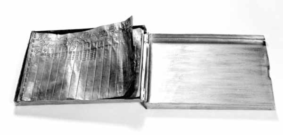 Stikkboka er konstruert av Eberhard Kokkin fra Åsta. Den består av en flat, gullmalt blikkboks med hengslet lokk. I boksen er det festet seks «ark» av kopperfolie til å stille tømmerdimensjonene på. Kopperfoliearkene er valgt for å elimenere ulempene i fuktig vær.
