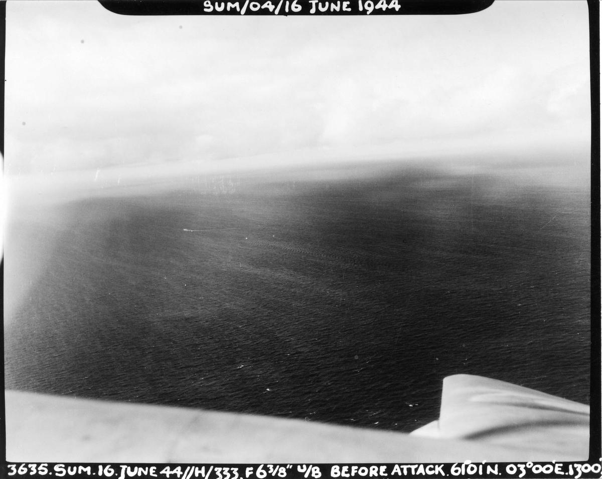 En Mosquito fra 333 skvadronen har observert en tysk ubåt, og er klar til å angripe. 16. juni 1944.