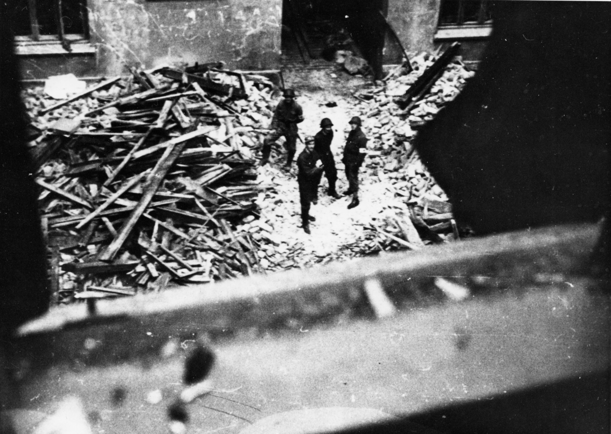 Nyttårsaften 1944 ble Victoria Terrasse i Oslo bombet av allierte fly. Dette var tilholdsstedet for Sipo i Norge, men var mest kjent som Gestapos hovedkvarter. Hovedkvarteret fikk bare mindre skader i angrepet, men mange hus i nærheten ble påført store ødeleggelser, og mange sivile ble drept. Spesielt hardt gikk det ut over en trikk på Drammensveien, som ble truffet av en 1000 punds bombe. Bomben eksploderte mindre enn en meter over Oslo Sporveiers vogn nr. 115 på rute 2, Majorstua-Gamlebyen, og alle ombord, bortsett fra konduktøren og tre passasjerer, omkom. Piloten på det ene bombeflyet, Flight Lieutenant Wilfred Yeadell fra RAFs 627 skvadron, fikk senere høre om trikkens skjebne. Tanken på at det høyst sannsynlig var en av hans bomber som førte til katastrofen, forfulgte ham resten av livet. Til sammen døde 79 nordmenn og 27 tyskere i angrepet.  Cort Adlersgt. 15 ble lagt i ruiner under angrepet.