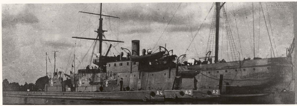Motiv: UVB moderskipet Ellida, ex dampkorvett.Babord side.Fortøyet langs siden ligger undervannsbåtene A 2 - A3 A-4