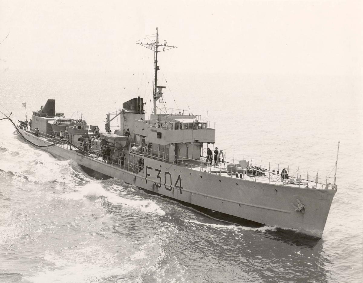 """KNM """"Balder"""" , Sleipner-klassen, bunkrer i sjøen."""